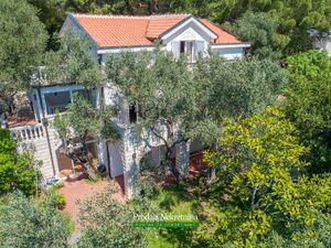 Ušuškana kamena kuća u Rijeci Reževića Budva